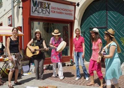 Charitiy-Singen vorm Weltladen in Mödling