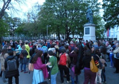 Am Karlsplatz singen wir dann gemeinsam mit 100en Menschen für Mutter Erde